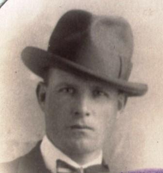 Uitvergroting van de pasfoto van Cor op zijn paspoort in 1928.