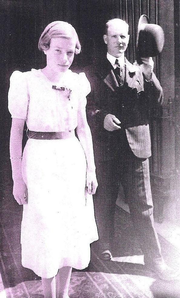 Op 30 juli 1938 trouwt Maria (Iet) de Ruyter, een nicht van Cor, in Utrecht met Gerrit Jacobze. Op de foto Cor en de bijna 14-jarige Gerda (Muis) Wortman, ook een nicht van de bruid.