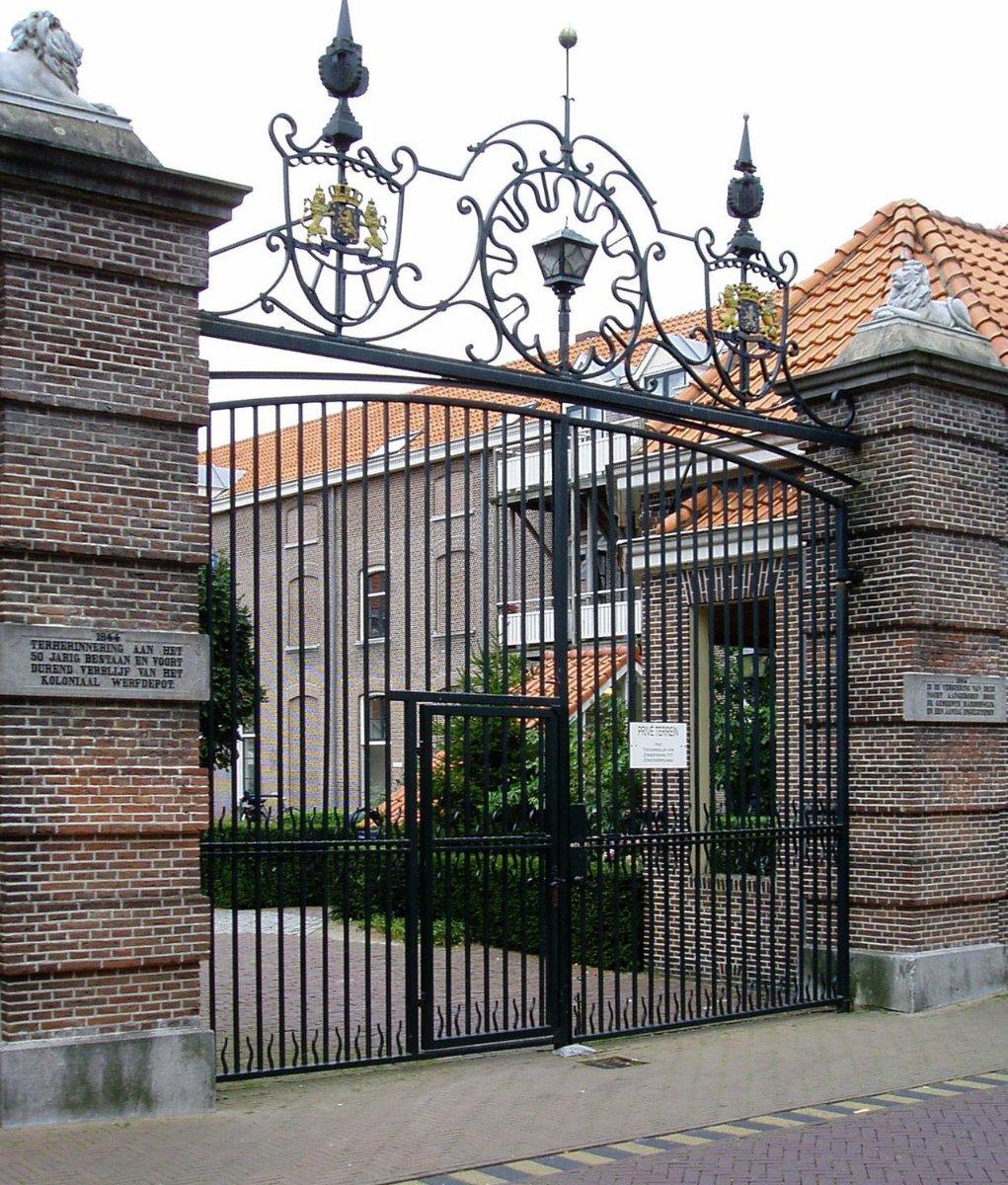 Toegangspoort van het voormalige Koloniaal Werf Depot (kazerne van het KNIL) in Harderwijk, nu een appartementencomplex.