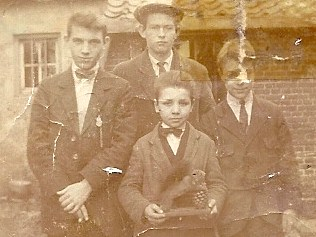 André (vooraan) op een sterk uitvergrote foto. Wie de andere kinderen zijn is niet bekend.