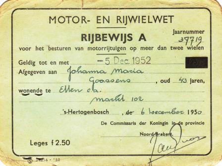 Jo haalt in 1950 haar rijbewijs om met haar Austin de klanten beter te kunnen bedienen.