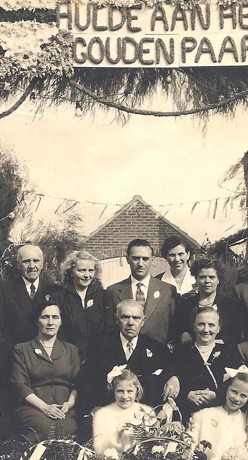 Emma, zittend links, naast haar ouders op hun gouden huwelijksfeest in 1953.
