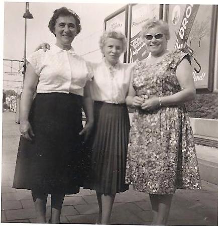 Van links naar rechts Emma en twee schoonzussen: Martha Neomagus-Verheyden en Maria Neomagus-VandenBroeck.