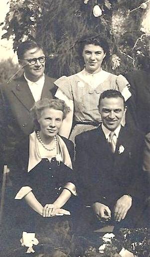 Pol en Martha op het gouden huwelijksfeest van zijn ouders in 1953. Achter hen dochter Lilly naast Pol's neef Eugeen.
