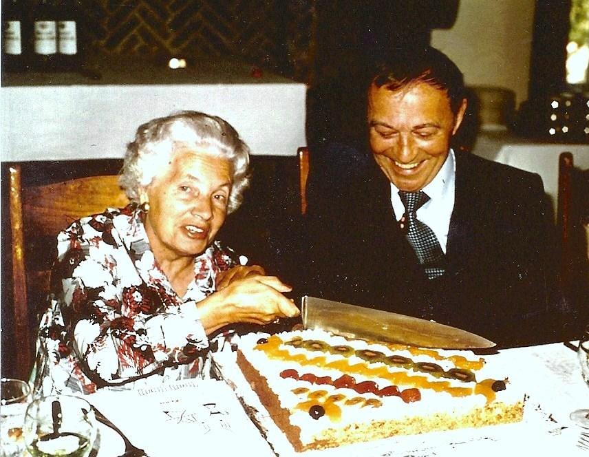 Martha snijdt de verjaardagstaart aan bij gelegenheid van de 65ste verjaardag van Pol in 1976.