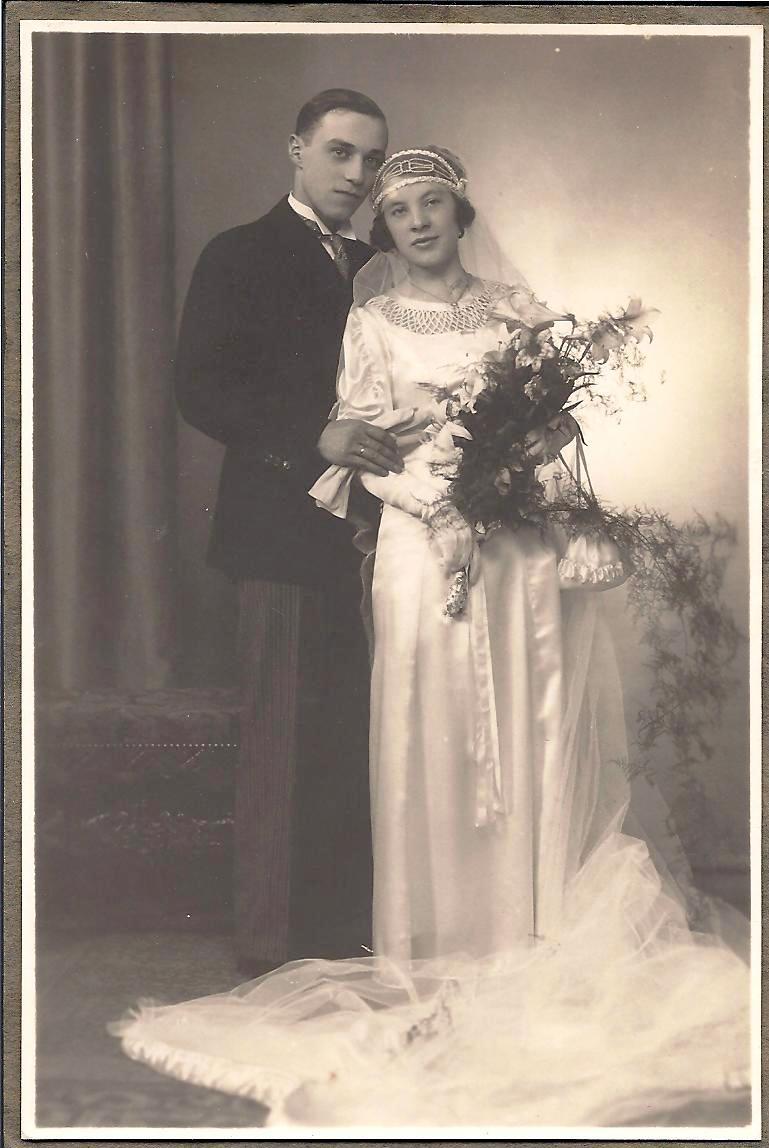 Trouwfoto van Pol en Martha, 2 juni 1934. Martha maakt haar trouwjapon zelf!