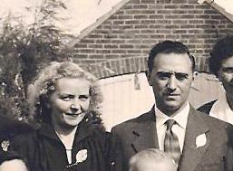 Cor en Helga in 1953 op de foto van de gouden bruiloft van zijn ouders.