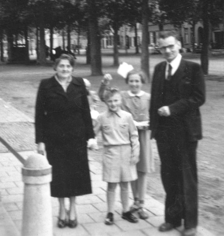 Jo en Leo met hun zoontje Leo bij diens eerste communie, 1952. Het is niet bekend wie het meisje is.