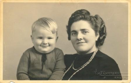 Moeder Jo met haar op 11 mei 1945 geboren zoon Leo (overleden op 29 augustus 2011).