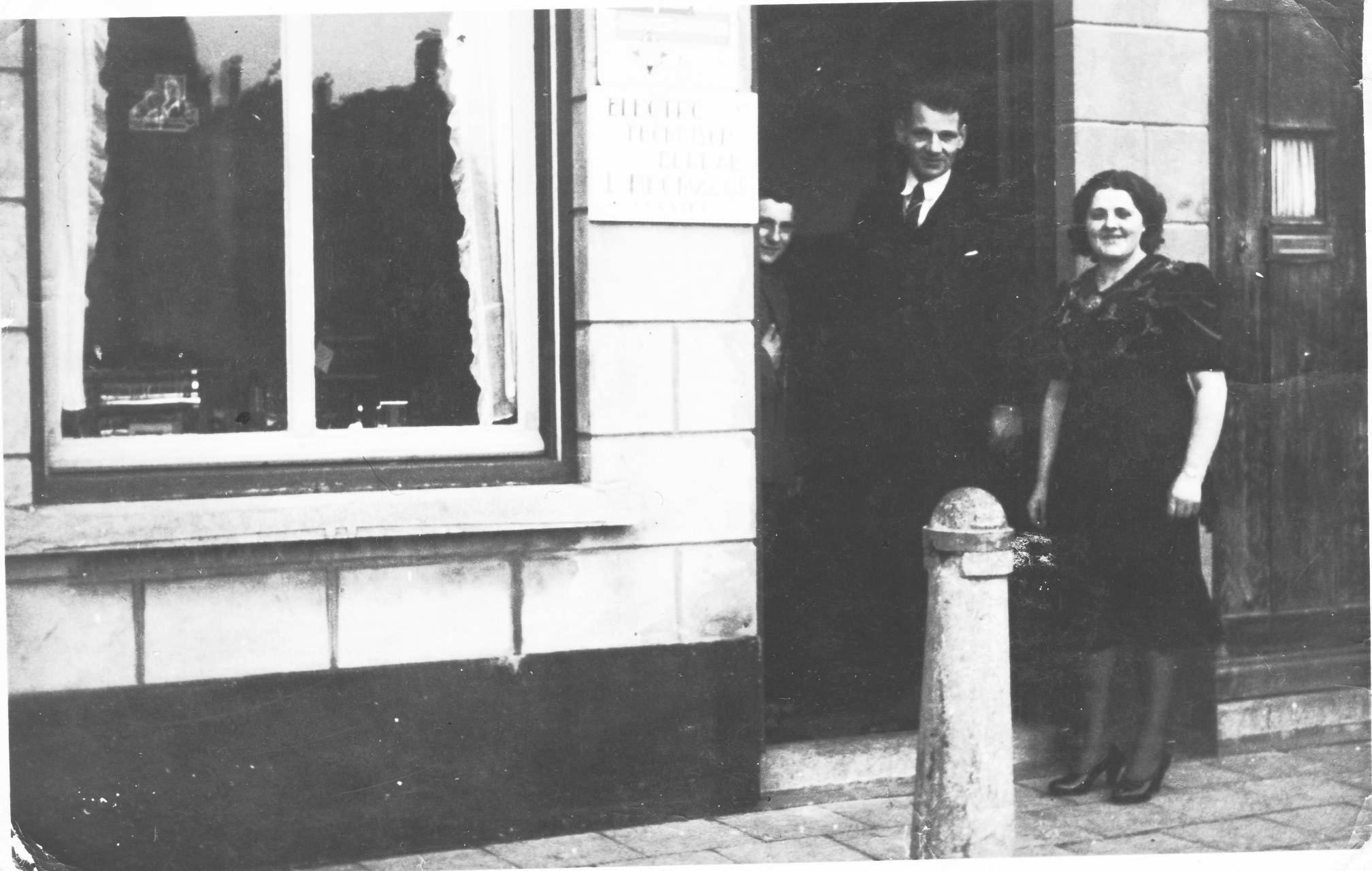 Leo en Jo eind jaren '30 bij hun winkel-woonhuis aan de Markt in Etten-Leur.