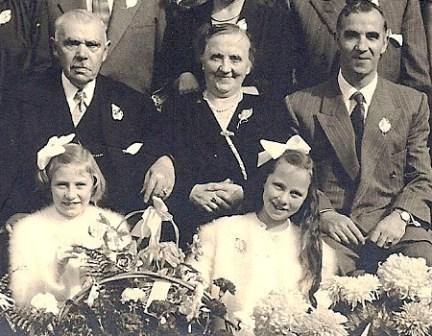 Het gouden paar Neomagus-Baudoin met naast hen zoon Pierre, broer van de in Indië overleden Frits. Met lange haren Frits' dochter Anita die bij Pierre is opgevoed. Het meisje links is Anny, een dochter van Pol, ook een zoon van het bruidspaar. September 1953.