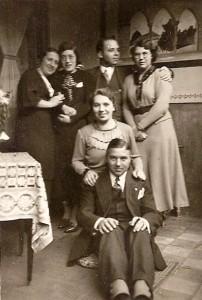 Marie, staande links, bij een bezoek aan Oosterhout in 1935. Naast haar Annie Neomagus-Vlamings, Victor, en zijn toekomstige vrouw Bernardina van Riel. Vooraan Frits (broer van Marie) met achter hem Julia .