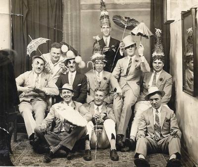 Geslaagd voor de tweede rang, 31 augustus 1929 in Pasir Gamber, Batavia. Dat staat achterop deze foto. Frits zit rechts vooraan.