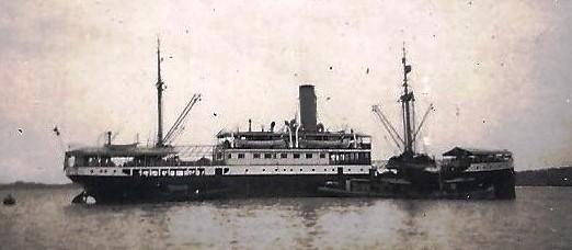 Het stoomschip Generaal Michiels. Frits is daarop rond 1948 gezagvoerder. Hij stuurt de foto naar (stief)dochter Nicole met de tekst 'Voor Nicoleke, van papa'.