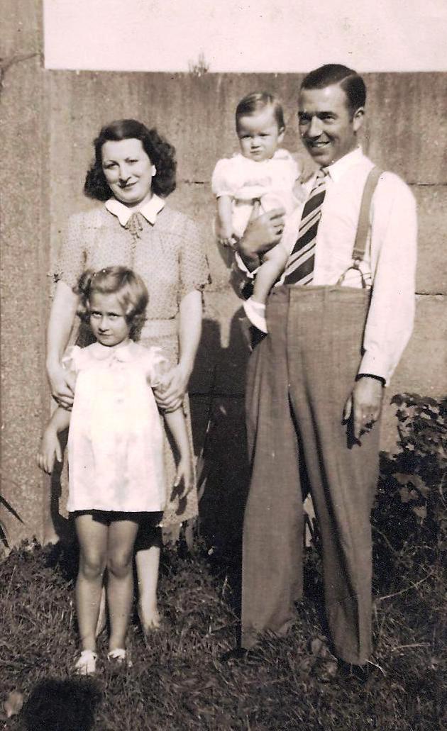Het gezin Neomagus-Staes met de kinderen Nicole (links) en Anita.