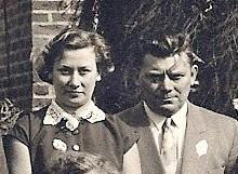Nicole en haar oom en voogd Aloyis Staes op de foto van de gouden bruiloft van Victor Neomagus en Anna Baudoin, de ouders van de in Indië gestorven Frits, september 1953.