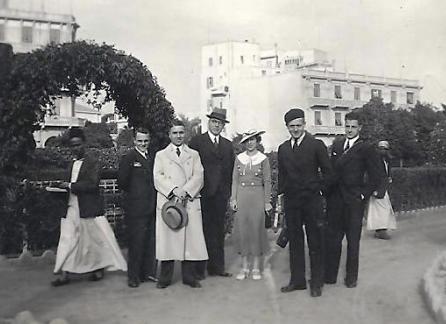 Frits, met lichte jas en hoed in de hand, in Port Said, Egypte, op 10 december 1935. Hij is dan op terugreis naar Indië na afloop van zijn tweede verlofperiode. De overige personen zijn niet bekend.
