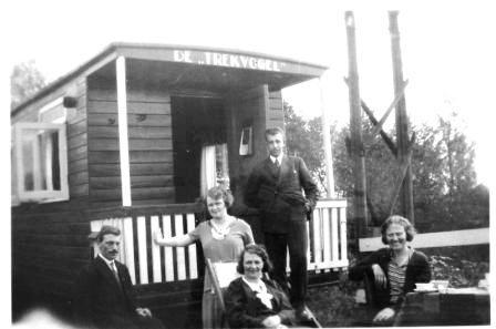Het gezin Van Steenis bij hun 'Trekvogel'.