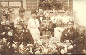 Foto genomen bij het 25-jarig huwelijksfeest van het echtpaar Vink-Schoenmakers. Derde van links staat Gerda.