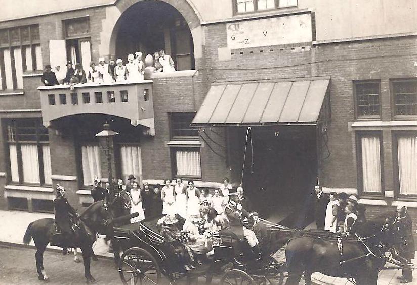 Bezoek van koningin Wilhelmina, op 20 mei 1927, aan de Gereformeerde Ziekenverpleging in Amsterdam. Gerda is er bij maar op de foto niet te onderscheiden.