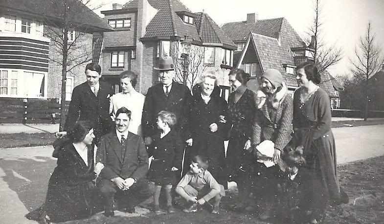 De familie Vink voor haar woning, het Vinkennest, links met gestreept balkon. Links vooraan geknield Gerda.