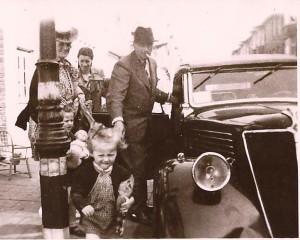Foto eind jaren '40 met George Wortman, schoonzus Jo Neomagus, dochter Tineke Wortman (1931) en Jo's kleinkinderen Mary (1943) en George (1945). De foto is genomen bij Jo's dochter Iet, gehuwd met Gerrit Jacobze.