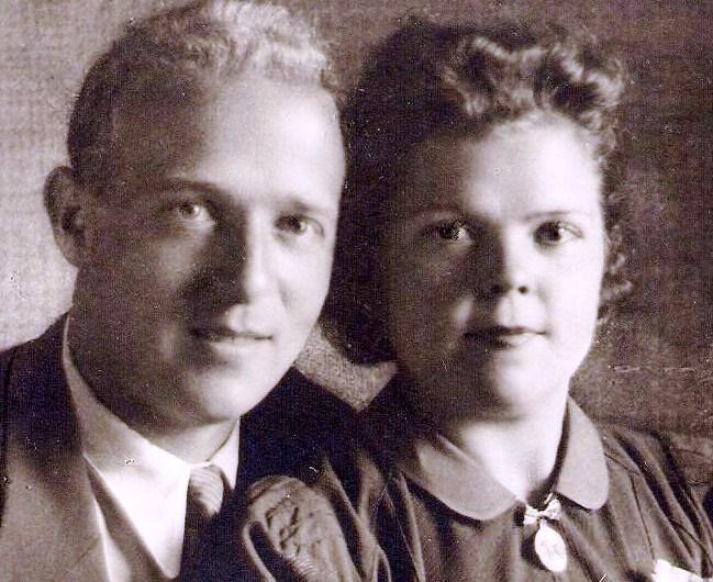 Victor Neomagus (1909-2005) is marqueur in de haven van Antwerpen. Zie XII-18. Hij staat op de foto met zijn vrouw Martha Goedgezelschap.