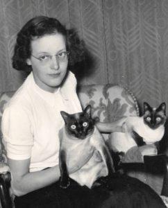 Ada met haar twee katten.