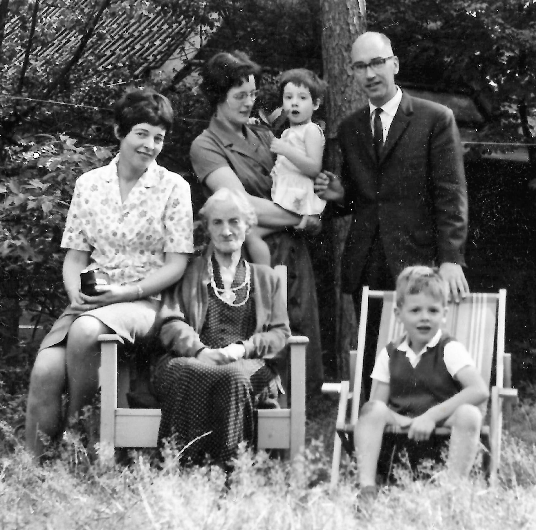 Het gezin van Ada in 1964 met haar oma Helena Schoenmakers - de Graaf (1878-1965) in Hilversum. Links Ada's zus Heleen.