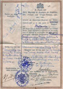 Het op 26 maart 1932 namens de resident van Batavia ondertekende paspoort.