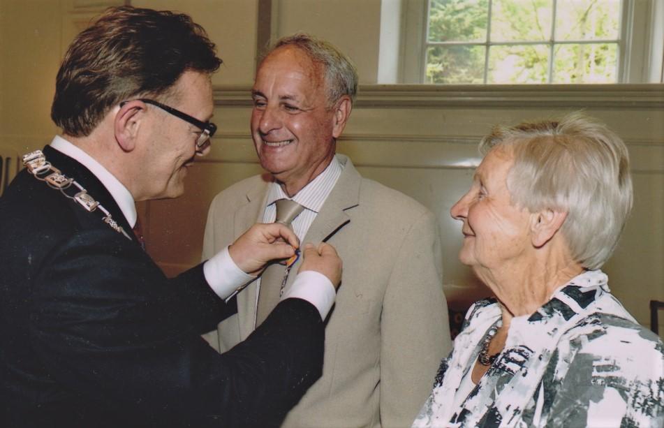 Bertus krijgt op Koninginnedag 2011 de onderscheiding 'Lid in de orde van Oranje Nassau'.