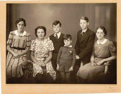 De kinderen van Cor en Jane na het overlijden van hun moeder in 1939. Derde van links is Hein.